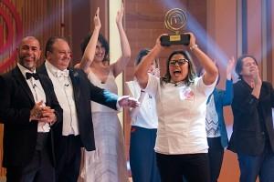 """A vencedora Dayse e os jurados do """"MasterChef Profissionais"""" (Foto: Carlos Reinis/Band)"""