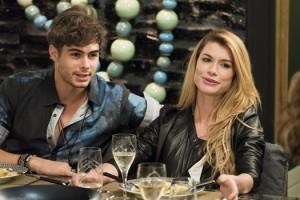 Léo (Rafael Vitti) e Diana (Alinne Moraes) em cena de 'Rock Story' (Foto: Globo/Cesar Alves)
