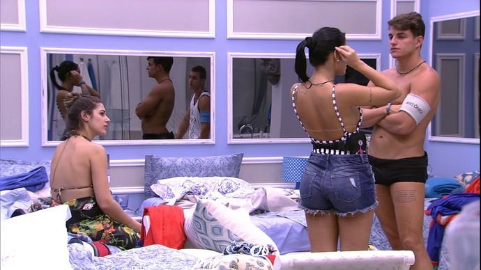 Antônio e Mayara balançam edredom do BBB 17