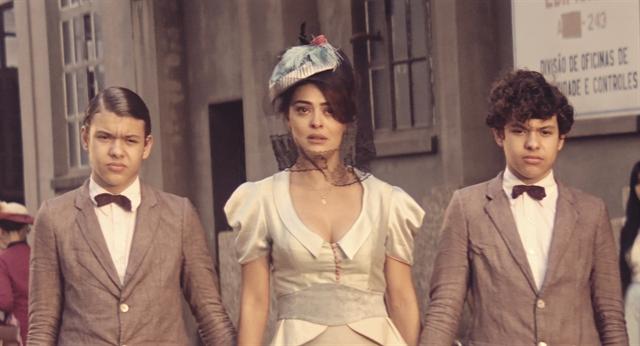 Zana (Juliana Paes), Yaqub (Lorenzo Rocha) e Omar (Enrico Rocha) em cena de 'Dois Irmãos' (Foto: Globo/Divulgação)