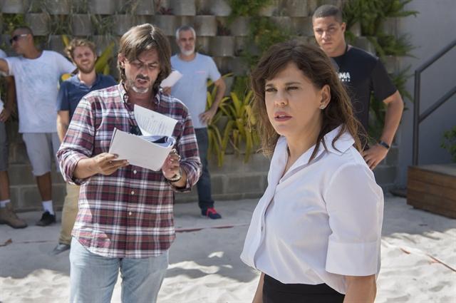 Stella (Bárbara Paz) e o diretor Adriano Melo (Foto: Globo/Estevam Avellar)