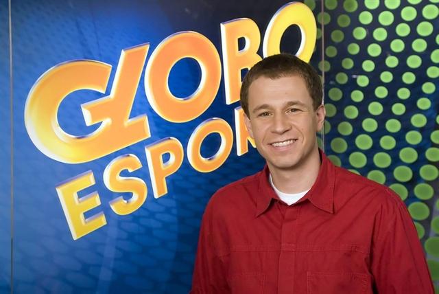 "Tiago Leifert no ""Globo Esporte"", em 2011 (Foto: Globo/Zé Paulo Cardeal)"