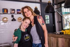 """Flavinha (Marina Brandão) e Lenita (Leticia Spiller) em """"Sol Nascente"""" (Foto: Globo/Paulo Belote)"""