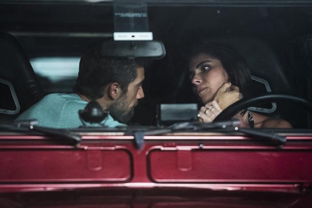 Alice (Giovanna Antonelli) triste quando Cesar (Rafael Cardoso) se aproxima e leva fora (Foto: Globo/Mauricio Fidalgo)
