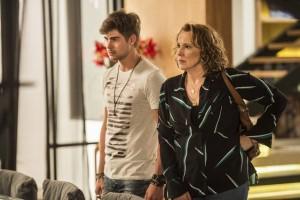 Léo (Rafael Vitti) e Néia (Ana Beatriz Nogueira) em cena de 'Rock Story' (Foto: Globo/Mauricio Fidalgo)