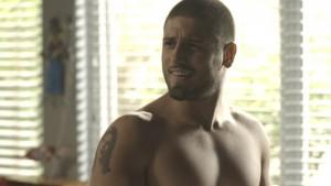 Gustavo (Daniel Rocha) deixa tatuagem misteriosa à mostra em 'A Lei do Amor' (Foto: Globo/Divulgação)