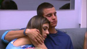Vivian e Manoel viveram um affair na casa (Foto: Reprodução/TV Globo)