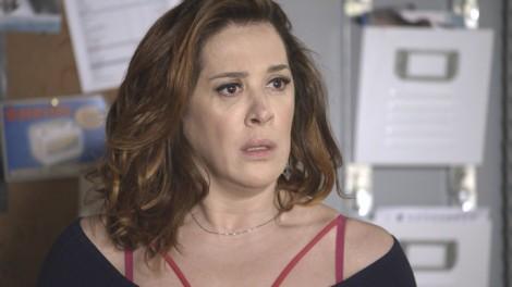 Salete (Claudia Raia) se assusta ao reconhecer tatuagem de Gustavo (Daniel Rocha) em 'A Lei do Amor' (Foto: Globo/Divulgação)