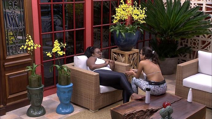 """Roberta e Emilly conversam na área externa da casa do """"BBB17"""" (Foto: Divulgação/Globo)"""