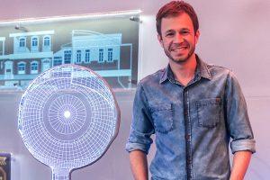 "Tiago Leifert no estúdio do ""BBB17"" (Foto: Globo/Paulo Belote)"