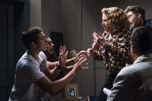 Zac (Nicolas Prattes), Yasmin (Marina Moschen) e Néia (Beatriz Nogueira) em cena de 'Rock Story' (Foto: Globo/Cesar Alves)