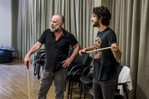 Leopoldo Pacheco e Chay Suede na aula de luta/ espada (Foto: Globo/João Cotta)