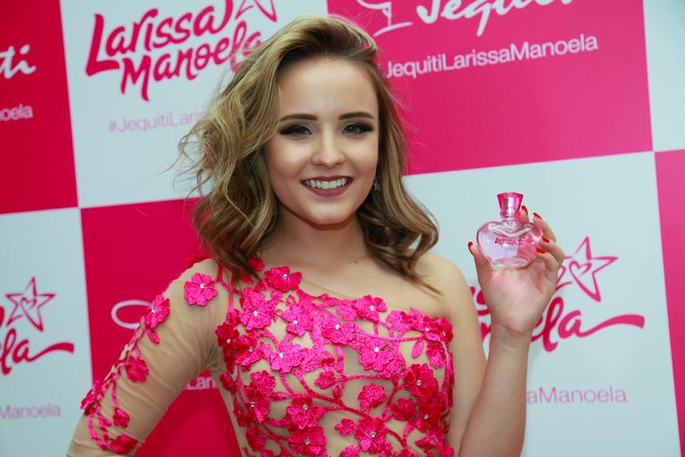 1f0f61d297ab0 Larissa Manoela lança seu perfume da Jequiti e aparece com vestido ousado –  TV Foco