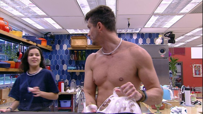 """Marcos e Emilly lavam louça no """"BBB17"""""""