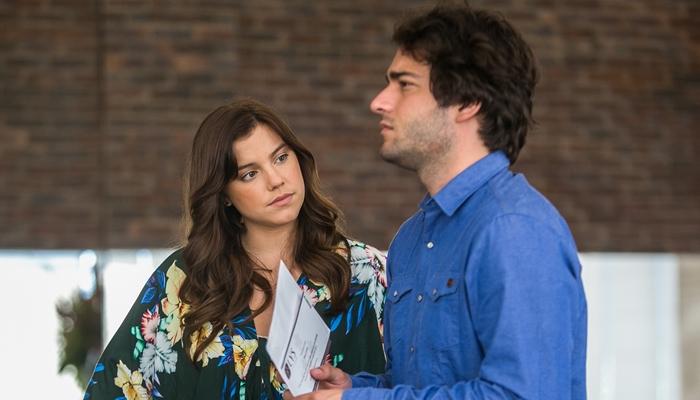 """Marina (Alice Wegmann) e Tiago (Humberto Carrão) em cena de """"A Lei do Amor"""" (Foto: Globo/Raquel Cunha)"""