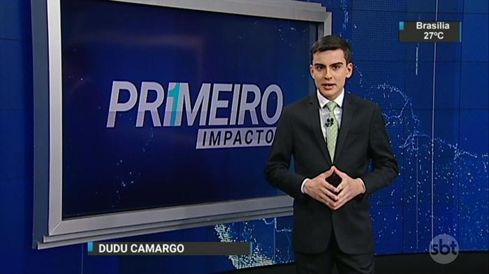 """Dudu Camargo no comando do """"Primeiro Impacto"""" (Foto: Reprodução/SBT)"""