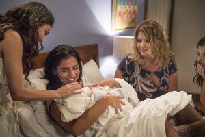 Carol (Maria Joana) com a filha nos braços (Foto: Globo/Mauricio Fidalgo)