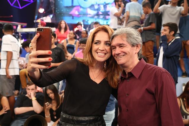"""Poliana Abritta e Serginho Groisman no """"Altas Horas"""" (Foto: Globo/Divulgação)"""