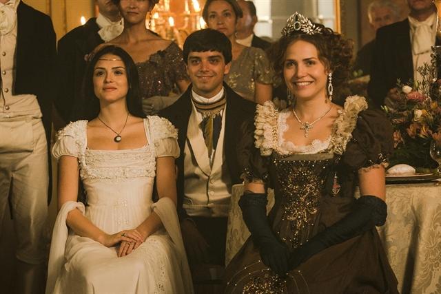 Anna (Isabelle Drummond) assiste ao espetáculo junto a Leopoldina (Letícia Colin) e Piatã (Rodrigo Simas) (Foto: Globo/Raquel Cunha)