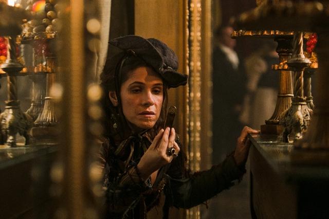 Elvira (Ingrid Guimarães) rouba uma barra de ouro (Foto: Globo/Raquel Cunha)