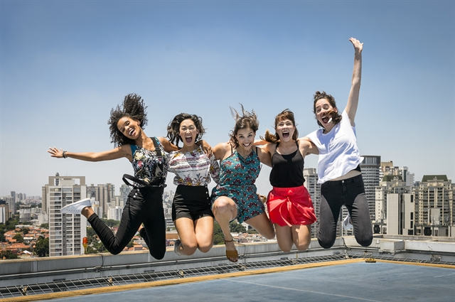 As atrizes Heslaine Vieira, Ana Hikari, Gabriela Medvedovski, Daphne Bozaski e Manoela Aliperti (Foto: Globo/Ramón Vasconcelos)