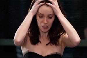 Julia se desespera com flagra. (Foto: Divulgação/Rock Story/TV Globo)