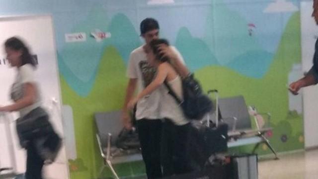 Rafael faz carinho e beija Tatá. (Foto: Extra)