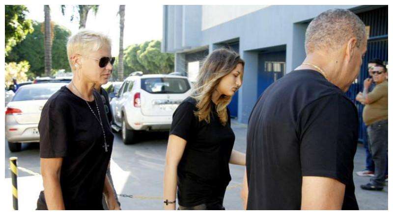 Xuxa chega com sua empresária, a filha, Sasha e o namorado, Junno Andrade (BrazilNews)