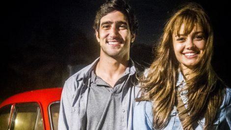 """Renato (Renato Góes) e Alice (Sophie Charlotte) em """"Os Dias Eram Assim"""" (Foto: Globo/João Miguel Júnior)"""