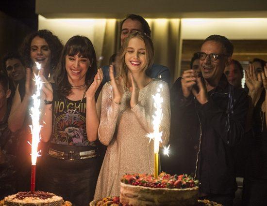 Lica (Manoela Aliperti) e Clara (Isabella Scherer) comemorando aniversário em 'Malhação: Viva a Diferença' (Foto: Globo/Mauricio Fidalgo)