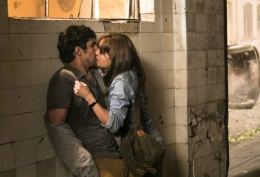 Renato (Renato Góes e Alice (Sophie Charlotte) se conhecem em 'Os Dias Eram Assim' (Foto: Globo/Sergio Zalis)
