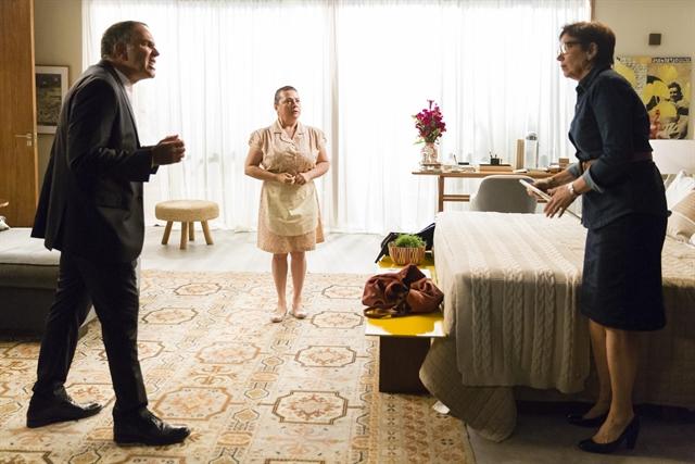 Eurico (Humberto Martins) briga com Silvana (Lilia Cabral) após flagrá-la jogando (Foto: Globo/Tata Barreto)