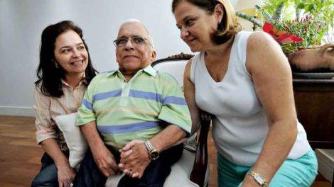 Nelson Ned, com problemas decorrentes de um AVC, com as irmãs Neyde e Neuma (Foto: Túlio Santos/EM/D.A Press)