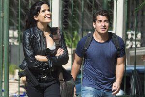 """Antônia (Vanessa Giácomo) e Júlio (Thiago Martins) em cena de """"Pega Pega"""" (Foto: Globo/Estevam Avellar)"""