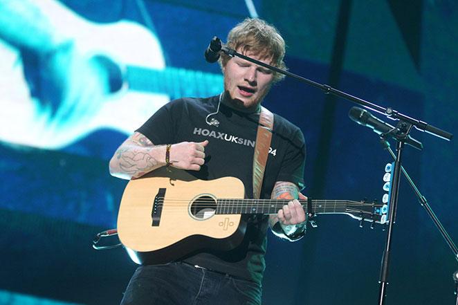 Ed Sheeran é fotografado em praia no Rio de Janeiro