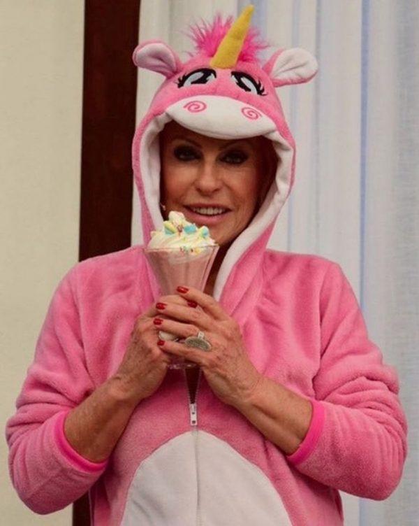 Ana Maria Braga apresenta o 'Mais você' vestida de unicórnio rosa