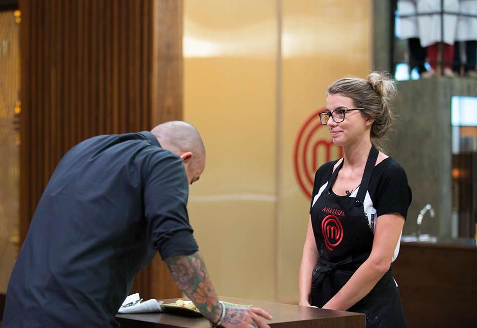"""O chef Henrique Fogaça e Ana Luiza no """"MasterChef"""" (Foto: Carlos Reinis/Band)"""
