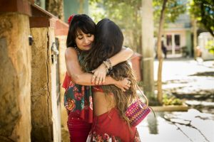 Edinalva (Zeze Polessa) abraça Ritinha (Isis Valverde) em reencontro (Foto: Globo/João Miguel Júnior)