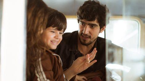 """Renato (Renato Góes) e Rimena (Maria Casadevall) com o filho em """"Os Dias Eram Assim"""" (Foto: Raphael Dias/Gshow)"""