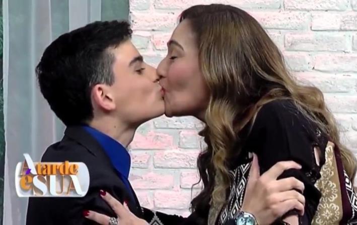 Dudu Camargo beija Sonia no programa dela. Foto - reprodução.