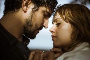 """Renato (Renato Góes) e Alice (Sophie Charlotte) em cena de """"Os Dias Eram Assim"""" (Foto: Raphael Dias/Gshow)"""