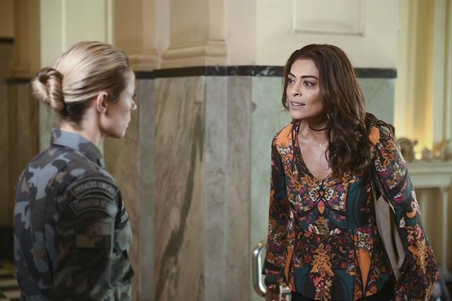 Jeiza (Paolla Oliveira) e Bibi (Juliana Paes) ficam cara a cara em 'A Força do Querer' (Foto: Globo/Mauricio Fidalgo)
