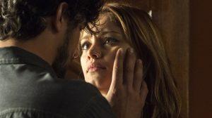 Renato (Renato Góes) e Alice (Sophie Charlotte) se entregam ao amor em 'Os Dias Eram Assim' (Foto: Globo/Estevam Avellar)