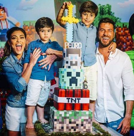 A famosa atriz da Globo, Juliana, o marido e os filhos. (Foto: Reprodução/Instagram)