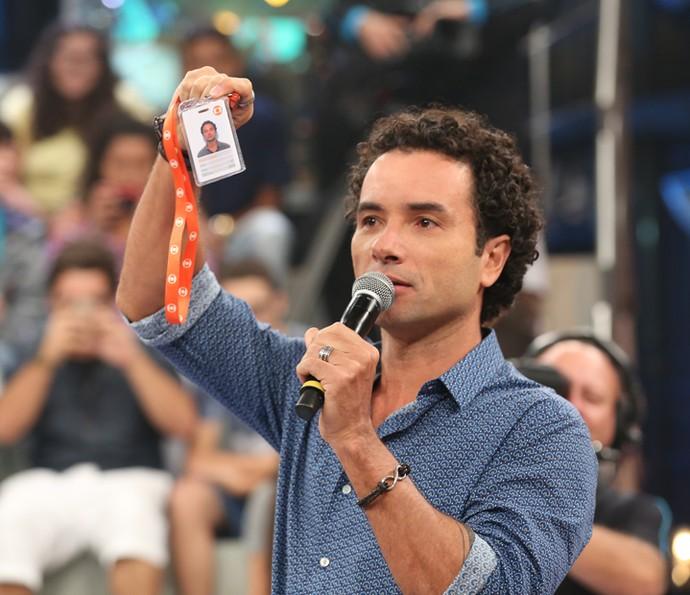 Marco Luque exibe o crachá da Rede Globo. (Foto: Divulgação)