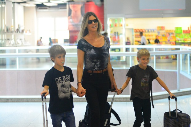 Fernanda Lima e os filhos (Foto: William Oda / Agnews)