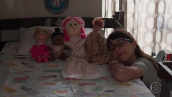 """Benê e suas bonecas em """"Malhação"""" (Foto: Reprodução/Globo)"""