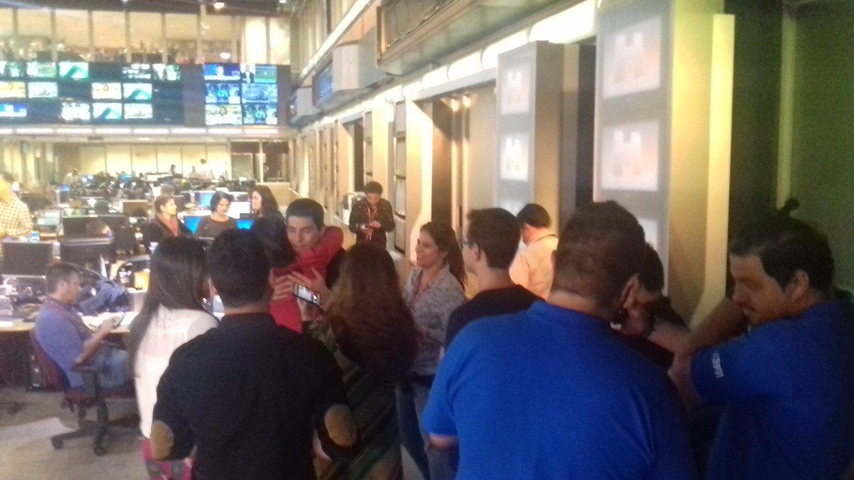 Funcionários da Globo fazem fila para se despedir de Evaristo Costa (Foto: Reprodução/Twitter)