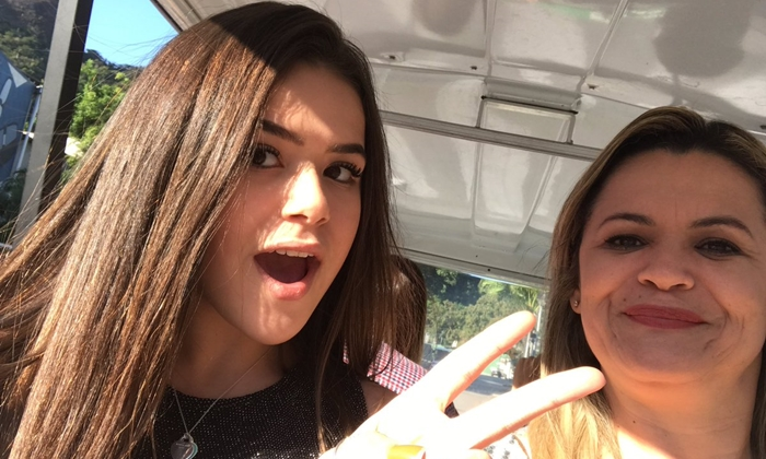 Maisa Silva com sua mãe nos Estúdios Globo (Foto: Reprodução/Twitter)