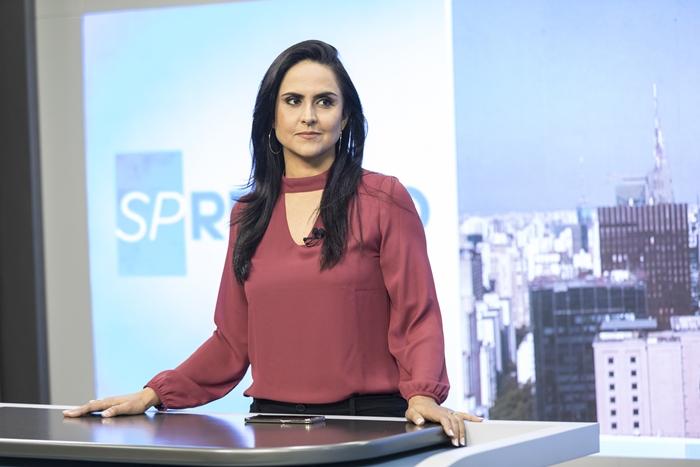 """A apresentadora Carla Cecato no estúdio do """"SP Record"""" (Foto: Edu Moraes/Record)"""